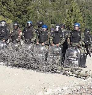 Policía argentina es acusada de golpear a mapuches durante desalojo
